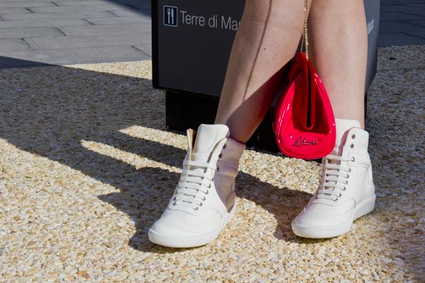 Cristina Lodi in Fashion Valley con scarpe Maison Martin Margiela
