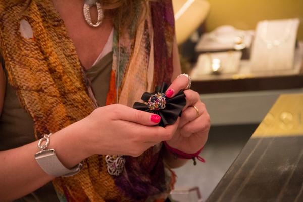 Cristina Lodi  ammira i gioielli Natoli