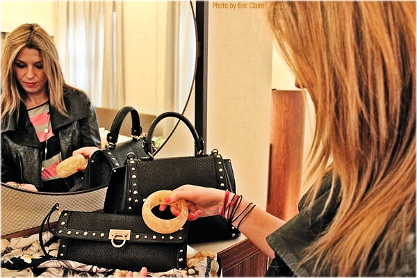 La Fashion Blogger Cristina Lodi ammira la borsa Ferragamo