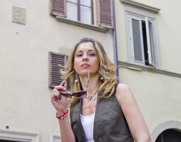 La Fashion Blogger Cristina Lodi con occhiali Iceberg