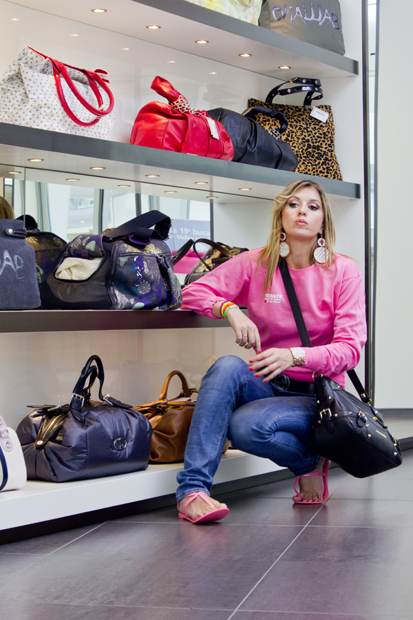 Cristina Lodi con scarpe Colors of California