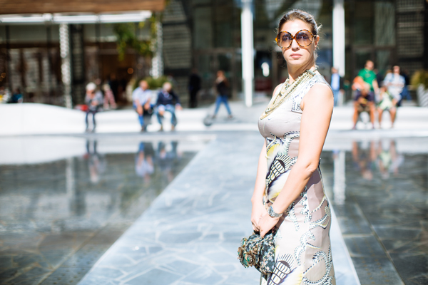 Cristina Lodi, borsa Miranda Konstantinidou, abito, occhiali athina lux