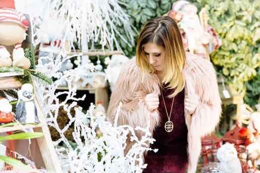 Cristina Lodi, natale, stiatti fiori, pelliccia kaos, abito rosso vero moda, decorazioni natalizie
