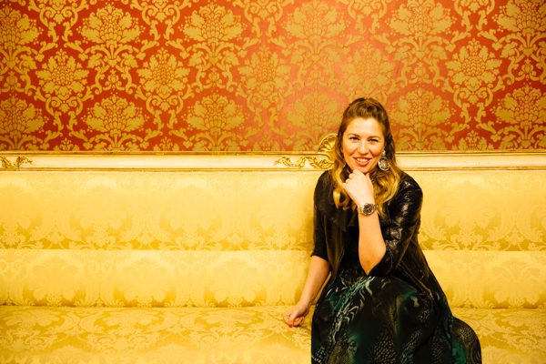 Cristina Lodi, palazzo borghese, immagine italia, abito rosso e lavanda