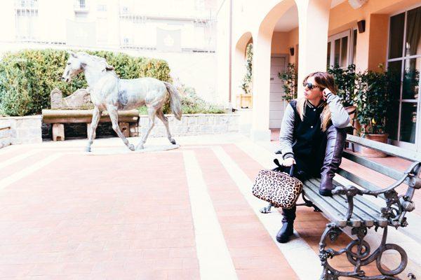 Cristina Lodi, giacca college two play, occhiali athina lux, stivali nr rapisardi, borsa salce 197