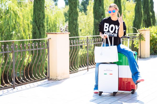 Cristina Lodi, valigia carpisa, jeans roy rogers, top boy london italia, occhiali salice